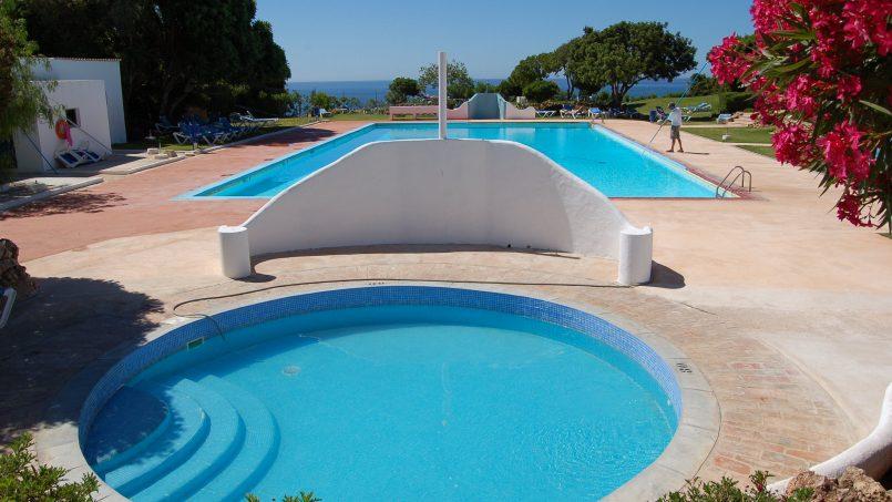 Holiday apartments and villas for rent, Cosy villa, nice see view, pools, beach just un front. Free WiFi. Quiet    Coquette villa, belle vue mer, piscine, plage juste en face. Wifi gratuit. Calme in Armação de Pêra, Portugal Algarve, REF_IMG_624_5576